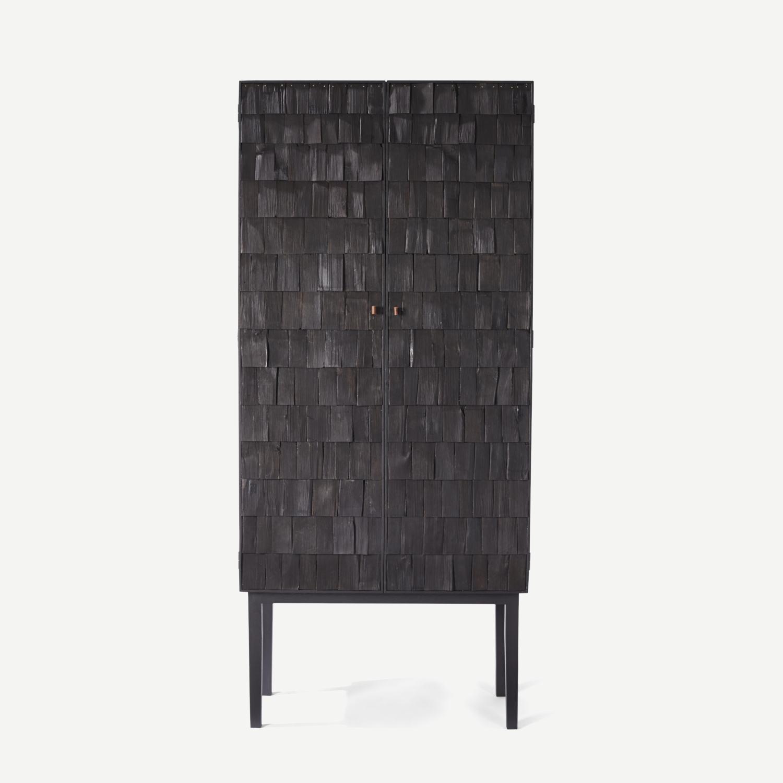 Cabinet en bois brulé
