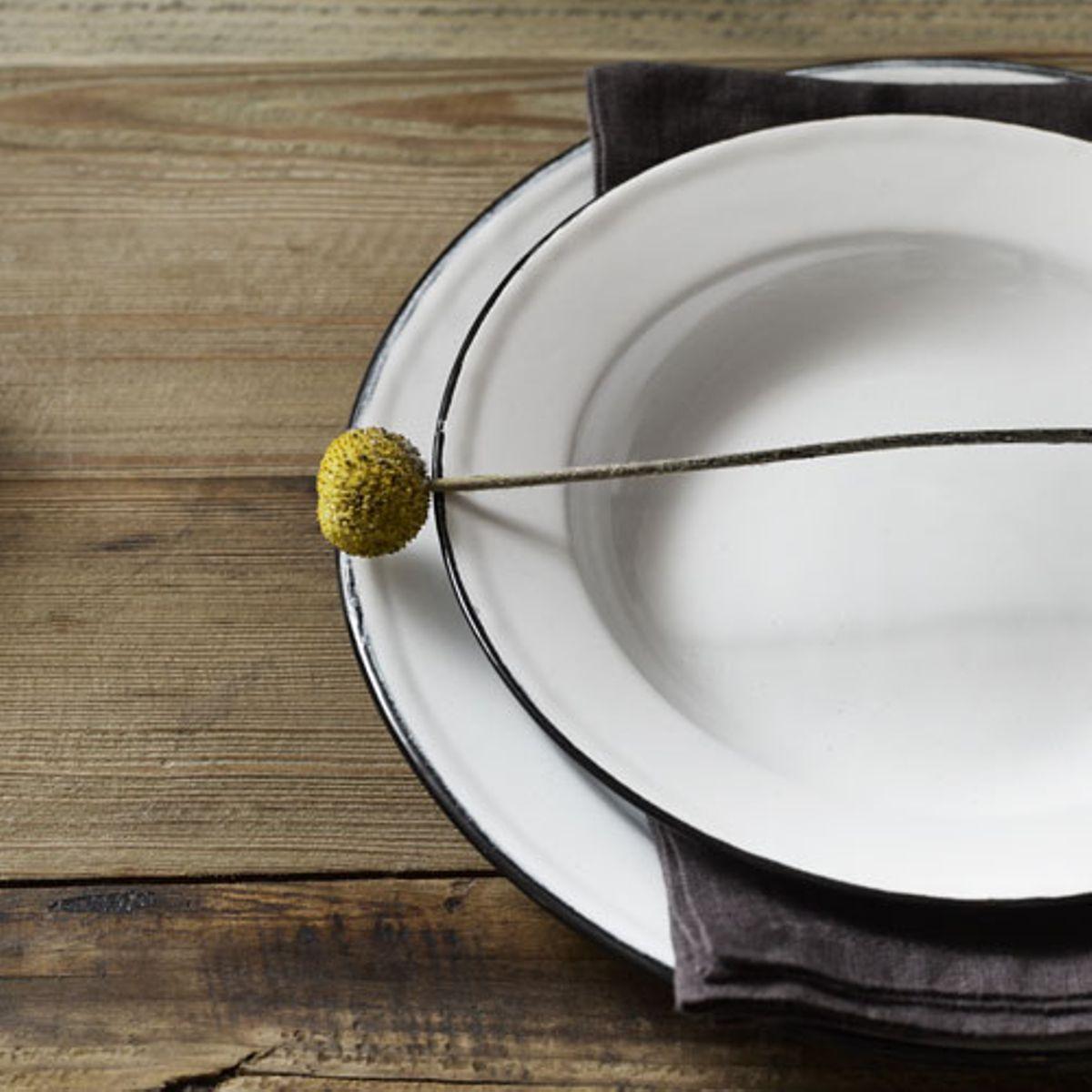 Assiette en métal émaillé blanc