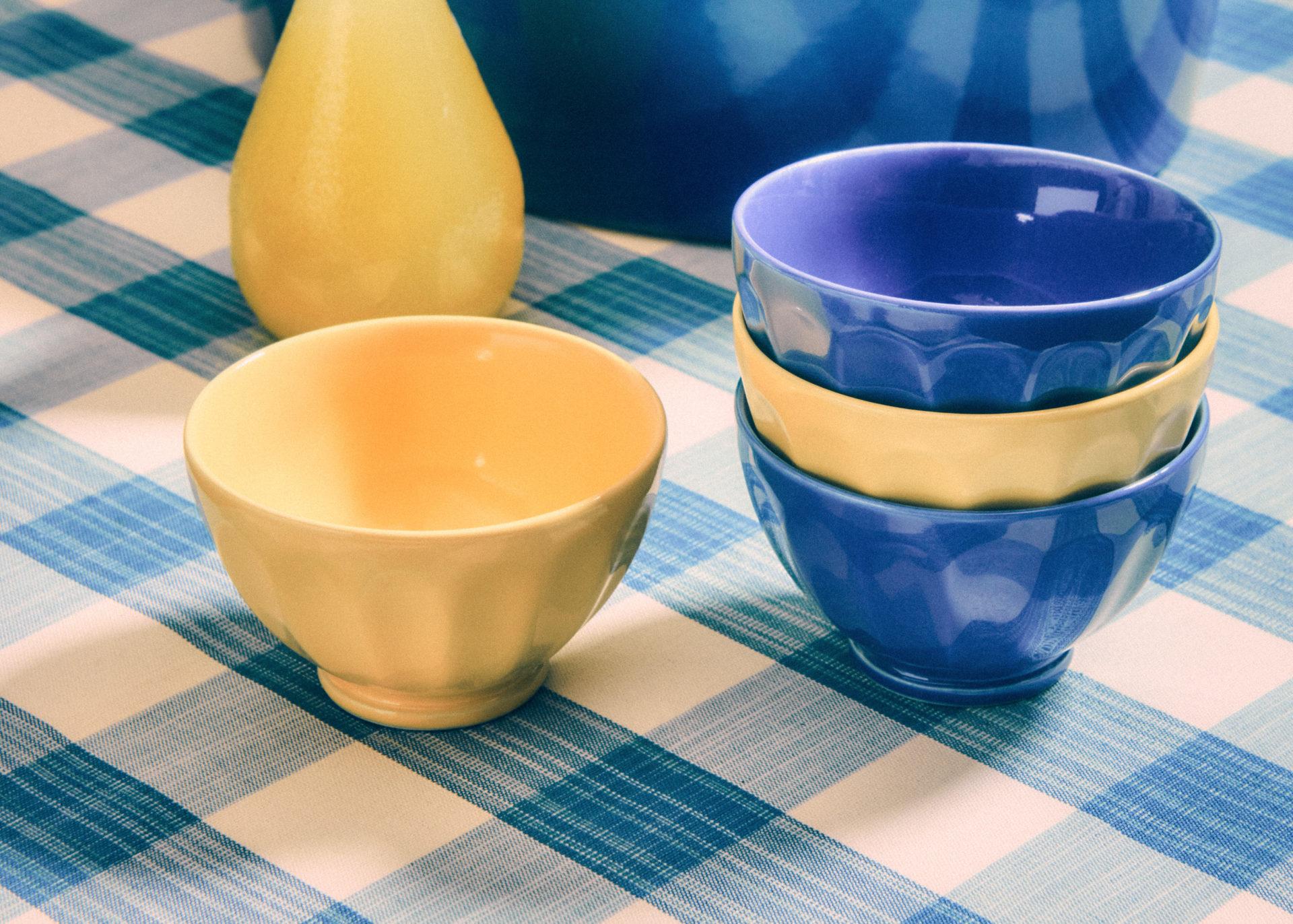 Petits bols jaunes et bleus signés Afibel