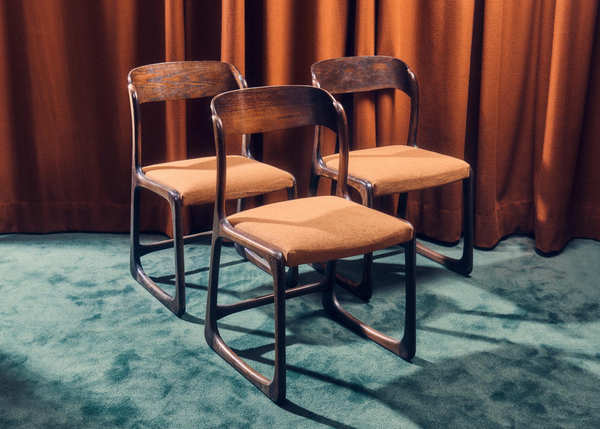 Trois chaises Sled de Baumann modèle