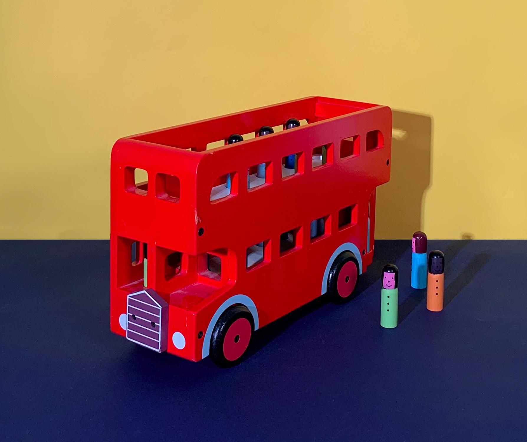 Bus rouge en bois