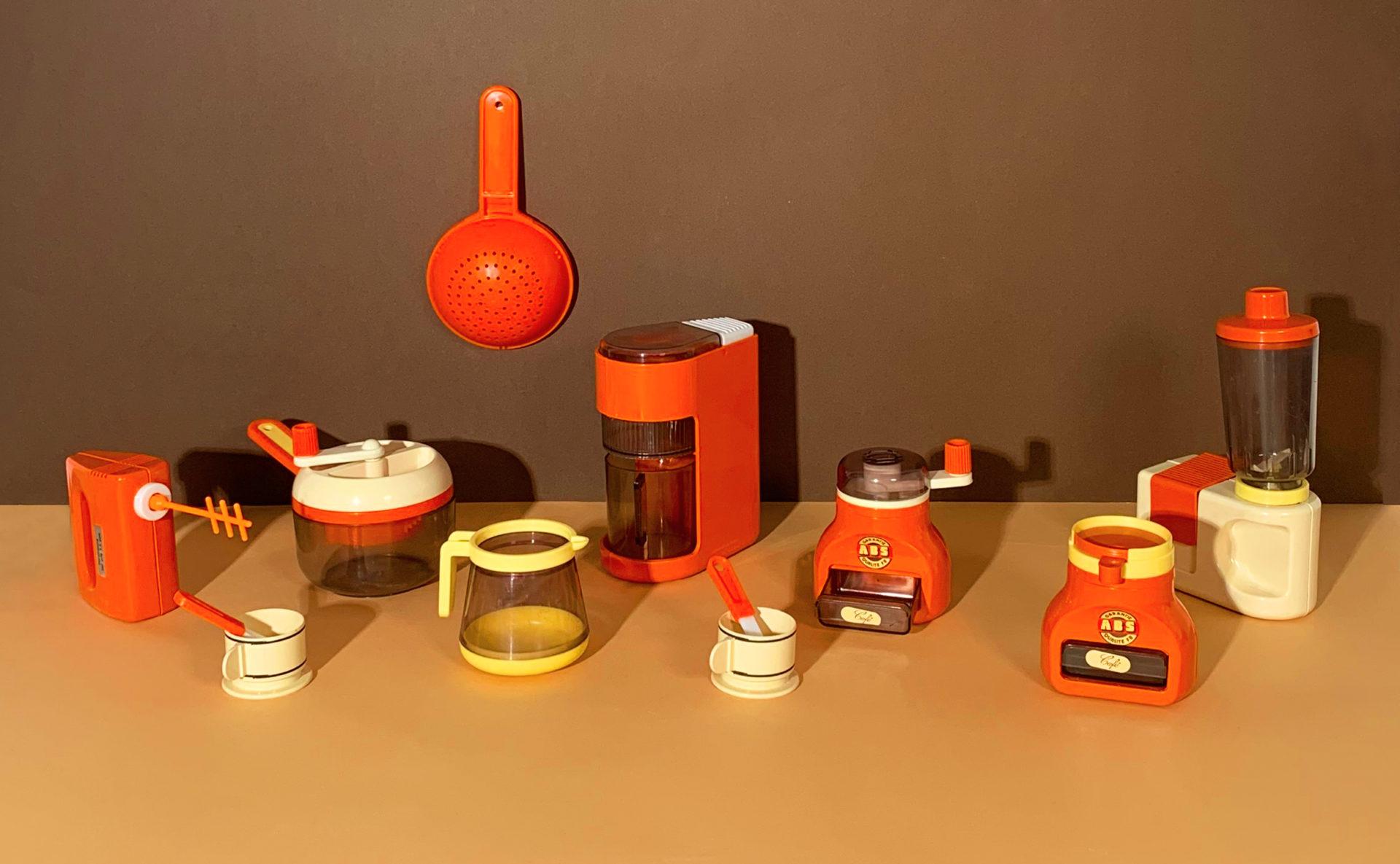 Lot d'accessoires de dînette orange vintage