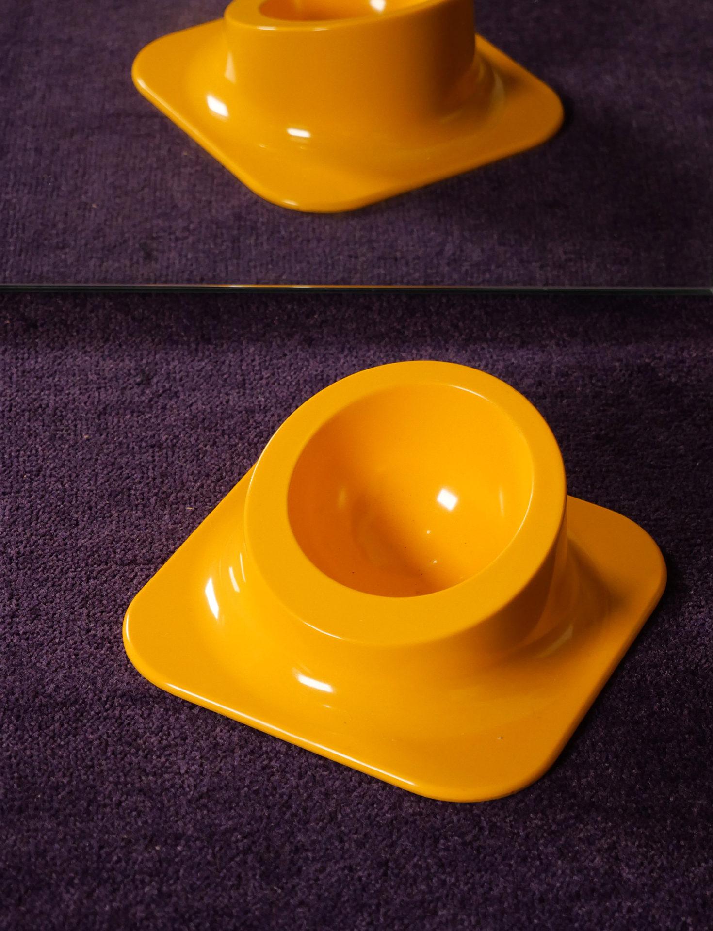 Cendrier en plastique jaune